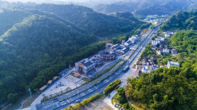 广州促转型,存量和增量实现齐抓共进。优化存量,促进传统产业转型升级。